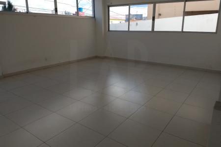 Prédio: 4 pavimentos, 2 por andar, 2 vagas de garagem, elevador. Apartamento: 1 sala com piso em porcelanato, 04 quartos, sendo 1 suíte com piso em laminado, coxinha e área com piso em cerâmica.   Venha fazer um bom negócio!    Atualizado em 09/12/2017.