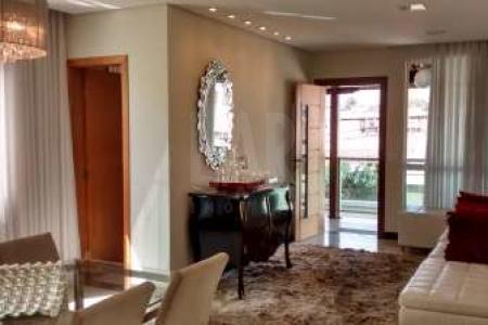 Casa: 1º Nível: Sala para dois ambientes, finamente decorada com piso em porcelanato, papel de parede e espelho. Lavabo com bancada em granito, teto rebaixado em gesso e iluminação embutida. Cozinha montada com armários de alta qualidade, bancadas em granito. Área de serviço com DCE e armários. Área externa com ducha e teto de policarbonato retrátil. Corredor de acesso direto a área externa sem passar por dentro da casa. Área de churrasco com armários de ótima qualidade. Sala de TV anexa. 2º Nível: 03 Quartos sendo uma suíte máster, todos finamente decorados e com armários. Escadaria de acesso ao 2º nível em granito. No nível da rua, 04 vagas de garagem.  Venha fazer um bom negócio!!!