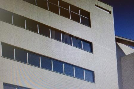 O empreendimento conta com três acessos privilegiados,  sendo eles , pela BR-356, pelo próprio bairro Santa Lúcia ou pela Av. Raja Gabaglia. O  Hidra Center, como é padrão nos empreendimentos da JAB, conta com exclusividade e requinte.  Por isso, conta com o hall principal e o hall dos andares em granito, pórtico e fachada em ardósia filetada, sendo a última em textura quartzo. As fachadas das lojas são em vidro Cristal Incolor com visual moderno e arrojado. Com iluminação natural abundante, o empreendimento usa janelas com material de alta eficiência termo acústica, economizando custos e garantindo um melhor conforto e luminosidade nos pavimentos corridos. Soma-se a isso tudo a garantia da acessibilidade para portadores de deficiência, um moderno sistema de segurança , CFTV e elevador Thyssenkrupp de alta velocidade * 02 Vagas disponíveis  para venda no valor de R$ 60.000,00.    Atualizado em 13/07/2018.
