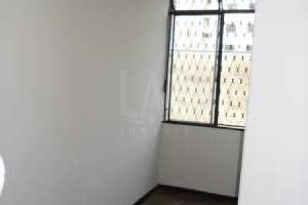 Apartamento 03 quartos sendo 01 com armários, copa, cozinha com bancada em mármore, banho social com box em acrílico, área de serviço, DCE. Piso dos quartos e sala em: taco. Parte fria em: cerâmica.    Atualizado em 12/04/2018.