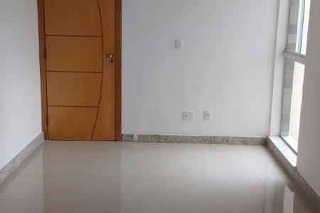ÓTIMA LOCALIZAÇÃO! PRÉDIO Revestimento frontal em cerâmica e texturizado nas laterais. Portão eletrônico, interfone, elevador, 2 vagas de garagem cobertas. COBERTURA 1º NÍVEL: Sala para 2 ambientes com piso em porcelanato. 2 Quartos com piso em porcelanato. 1 Banho social com piso em porcelanato e bancada em granito. Cozinha com piso em porcelanato e bancada em granito. Área de serviço conjuga com cozinha. 2º NÍVEL:  1 Semi Suite com piso em porcelanato e bancada em granito. Área ampla com aproximadamente 20 m2.  ***** VALORES DE IPTU E CONDOMÍNIO ESTIMADOS - PRÉDIO NOVO! *****    Atualizado em 21/05/2018.