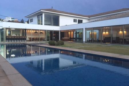 Terreno com área de 5.000m²  Casa maravilhosa!!!! Casa muito bem localizada com vista para a lagoa inserida em um terreno de aproximadamente 5.000 m² com área construída de 1.500 m², lazer completo, piscina com raia com aquecimento solar, sauna em mármore de carrara com saída para piscina, quadra de tênis oficial de saibro, quadra poliesportiva, espaço gourmet com piso em granito em granito, fogão a lenha projeto de iluminação, forno de pizza, churrasqueira, jardim de inverno, lago e fonte, horta e pomar. Suíte máster com closet ampla com banheira de hidromassagem e varanda panorâmica, 05 suítes com closet com piso em tábua corrida, ampla sal de estar com piso em mármore de carrara comporta, 04 ambientes com pé direito duplo, sala de jantar, lareira, cozinha com fogão em ilha e espaço para copa com piso e bancada em granito, 02 despensas, DCE, lavanderia, 02 quartos de hospedes, anexo 02 quartos, sala, cozinha, copa, lavanderia, garagem para 10 carros.    Atualizado em 26/11/2018.
