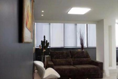 BOM GOSTO - EXCELENTE LOCALIZAÇÃO - PERTO DE TODA INFRAESTRUTURA Prédio: 100% revestido, hall decorado, condomínio inteligente, água individual e aquecimento solar, salão de festas, box de despejo, 03 vagas de garagem livres demarcadas. Apartamento: 1º piso: Sala para 02 ambientes, linda vista, piso em porcelanato, varanda integrada, projeto luminotécnico e fina decoração, 03 quartos com piso em laminado, com armários, sendo 01 com closet e outro suíte com fina decoração, projeto de iluminação e espelhos, banhos suíte e social com piso em porcelanato, bancada em granito, box blindex e armários. Cozinha planejada com vários armários, bancadas em granito, piso em porcelanato, área de serviço e banho de serviço. 2º piso: Ampla sala com piso em porcelanato, projeto luminotécnico individualizado para cada um dos quartos ambientes; todos conjugados e integrados a área livre. Linda vista de 270 graus, com cortinas de vidro. Os quartos ambientes integram-se harmoniosamente, ambientes de TV/Som, com parede giratória para a área livre do terraço, ambiente de estar, ambiente de jantar e cozinha gourmet com armários, bancada direta para área livre de terraço. Lavabo com piso em porcelanato, bancada em mármore e vidro, com acesso para sala e para a área livre de terraço. Área livre de terraço com aproximadamente 32m², jardim vertical, toldos e ducha, piso aerado para captação direta de água.  Venha fazer um bom negócio!!!    Atualizado em 18/01/2018.