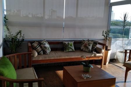 Excelente apartamento/cobertura de 3 quartos, sendo no 1º pavimento 2 quartos com armários e piso laminado, 1 banheiro social, sala para dois ambientes, cozinha com armários todeschini com piso em porcelanato e área de serviço. 2º pavimento:  1 quarto com armário com piso laminado e 1  suíte + sala ambiente e espaço gourmet com churrasqueira e bancada em granito. Pequena área externa descoberta, linda visão e localização. Prédio com 3 andares, sendo a cobertura no 3º andar( posição frente) com 1 vaga de garagem coberta.    Atualizado em 16/01/2018.