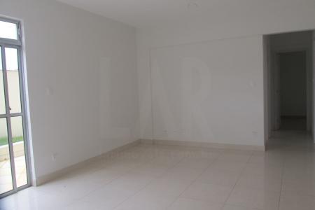 Prédio recuado, em pintura texturizada, guarita, hall social, elevador, água e gás individual e 2 vagas de garagem cobertas e demarcadas. 1º Nível: sala para 2 ambientes com piso em porcelanato. 03 quartos sem armários e piso em porcelanato, sendo um suíte. Banho social e suíte com piso em porcelanato e bancada em granito.  Cozinha com bancada em granito e piso em porcelanato. Área de serviço. Banho de empregada em porcelanato.  2° Nível: Escada em granito para acesso a 1 sala em porcelanato. Banho com bancada em granito. Terraço em cerâmica com vista definitiva.  Venha fazer um bom negócio!    Atualizado em 30/04/2017.