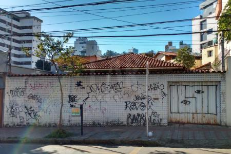 Excelente localização, próximo à Avenida do Contorno, comércio variado, escolas, Mercado Distrital do Cruzeiro, FUMEC, Colégio Arnaldinum, etc.  Lote de 264m² com 12 metros de frente.  Zoneamento ZA   Aproveitamento de 1,4.    Atualizado em 09/12/2017.