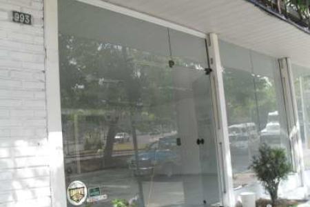 Loja com 240m² cobertura em telhado colonial 01 banho garagem para 02 carros. Piso - em cimento liso Localização - esquina com rua Campos Eliseos