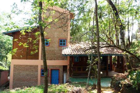 Casa pré - fabricada em madeira Angelim, construída em terreno de 1263m². Possui 03 quartos, sendo uma suíte com  hidromassagem, 01 banheiro social, cozinha americana, DCE, armários planejados na cozinha e banheiros, bancada na cozinha em granito, aquecimento a gás, garagem para 06 carros, área gourmet com churrasqueira e fogão a lenha, piso em porcelanato em 80% do interior da casa, pomar.