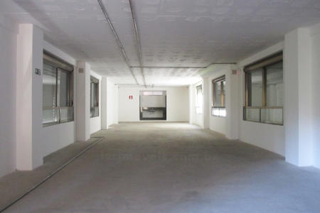 Excelente prédio comercial Localização privilegiada  Prédio em pintura e vidro reflexivo, portão eletrônico, hall social e 35 vagas de garagem, 2º subsolo 19 vagas livres e 1º subsolo 16 vagas livres. 1º Andar: loja com 332 m² e área externa 37 m², 3 banhos, copa, deposito e vestiário (pé direito 4,40 m²). 2º Andar: corrido com vão livre de 173 m² e área de circulação 20m²( pé direito 3,25m²). 3º ao 6º andar, 3 níveis de andares corrido com vão livre 173m² cada, salas, convenções. 2 banhos, copa (pé direito 3,25 m²), cobertura: caixa d'água e espaço para instalação de are condicionado.  Venha fazer um bom negócio!!!    Atualizado em 21/05/2018.