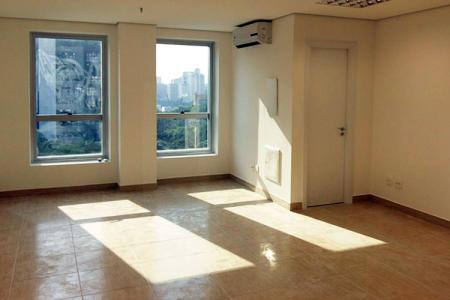 Oportunidade. Imóvel com 30% de desconto em 12 meses de locação. Excelente sala 37m², 1ª locação, localização privilegiada, fino acabamento, infraestrutura, sofisticação e conforto. Próximo à Avenida Brasil. Imóvel constituído de 01 sala com cerca de 37m², piso em cerâmica, arejada, 01 banho revestido. Prédio recuado, moderno, jardim frontal, hall de entrada decorado, porteiro físico, estacionamento rotativo para clientes coberto.    Atualizado em 26/11/2018.