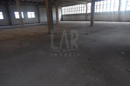 Área Construída Total: 4.200m² Área terreno: 4.300 m² Área de armazenagem no primeiro pavimento, no nível da Av. Cristiano Machado com 2.000m². Pé direito de 8m, piso industrial de alta resistência, elevador de carga. Ótimo galpão. Entrada para caminhões e carretas (pode-se reformar caso a altura não permita a entrada), mezanino, pavimento dando para a rua de trás com aprox. 2.000m², todo em piso de concreto. Área de escritório, vestiário e refeitório. Pé direito 6m. Duas entradas pela Cristiano Machado e uma entrada pela rua de trás. Estacionamento coberto e área de estacionamento no recuo do passeio.    Atualizado em 29/05/2017.