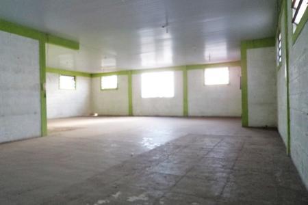 Galpão com área construída de 402m² no fundo do lote em uma área de terreno de 360m² em 3 níveis e  banheiros. Casa de frente com 2 pavimentos, sendo: 1º nível: 1 sala, 2 quartos, cozinha, banheiro e área de serviço, toda em piso de ardósia. No nível abaixo: 1 sala, 2 quartos, copa, cozinha e banheiro com piso em ardósia. Um barracão, 1 sala, 1 quarto, cozinha, banheiro e área. 1 vaga de garagem.