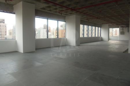 Excelente Localização O prédio apresenta fachada em esquadrias alemãs, vidros de alto desempenho energético, salas integráveis para reuniões, auditórios acústicos e foyer para eventos e convenções. sendo - 3 Salas de reuniões com capacidade para 12, 15 e 24 lugares,01 Mini Auditório com capacidade para 60 lugares.01 Grande Auditório com capacidade para 244 lugares.01 Foyer para recepções com 300 lugares.Hall de 15 m² de alturaque se integra à calçada e articula a entrada das garagens com o port cochere, as áreas de centro de eventos e auditórios. Visão panorâmica em todos os pontos, iluminação externa única, em LEDs azuis - que harmonizam-se neste edifício inteligente de 27 andares. 06 elevadores codificados sendo 04 sociais , 01 de serviço e 01 da diretoria.14 vagas de garagens , cobertas e demarcadas. Sala : Aproximandamente 533 m² , piso nível elevado, 02 banheiros , cozinha. O pavimento tem a planta quadrada para facilitar as múltiplas distribuições sem interferência com a estrutura e evitando as circulações longitudinais.