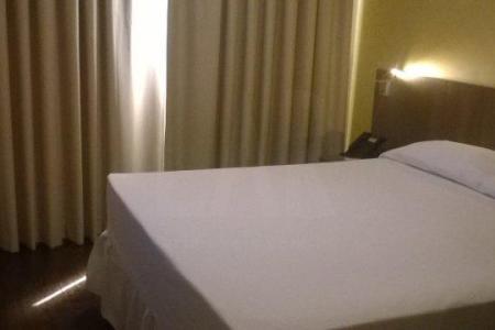 Oportunidade! Alugue sem fiador. Hotel bem localizado próximo à Avenida José Cleto, Bernardo Vasconcelos, Garra Veículos e Cristiano Machado. Quartos com camas e 01 banho. Prédio com 09 pavimentos, 02 elevadores, interfone, portaria 24 horas e refeitório.    Condomínio inclui: Tv á cabo, internet, luz, água, limpeza 1 vez por semana.