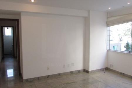 Excelente apartamento com 90m², sala para 2 ambientes com varanda integrada, com piso em granito; 2 quartos sendo 1 suíte; com piso em laminado e armários; banho social com piso e bancada em granito armários e box; cozinha americana, com bancada em granito, armários; área de serviço. Prédio construtora Garcia totalmente revestido em pastilha; portaria 24h; hall social decorado; jardins; lazer com salão de festas, espaço fitness, piscina, 2 elevadores; 2 vagas de garagem em linha, coberta de demarcada no G2. Visitas acompanhadas.    Atualizado em 20/01/2018.