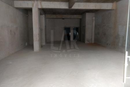Excelente localização! Loja para rua com 400 m2 , piso em cimento e postas de vidro. São 150 m2 de loja , na parte de trás da loja possuí mais 250 m2 de espaço. ( Pode ser usado como ampliação da loja ou como estacionamento).