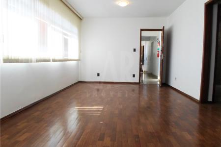 Oportunidade! Alugue sem fiador! Excelente apartamento com 85²; sala com piso em taco; 2 quartos com piso em taco e armários; banho com piso e bancada em cerâmica, box; cozinha com piso e bancada em cerâmica, armários; área de serviço; DCE.  Prédio revestido em pintura, 10 pavimentos, área livre e 01 vaga de garagem. Imóvel próximo de lanchonetes, restaurantes, pizzaria.