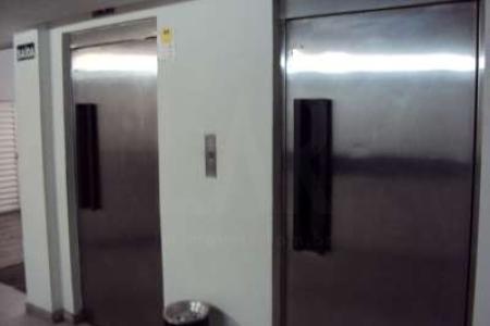 PRÉDIO: Revestido em cerâmica, 02 elevadores, lojão de frente para rua com 310m², 1º subsolo com 19 vagas de garagem. 2º Subsolo com 26 vagas de garagem. Pilotis com 771m², 08 pavimentos com 06 suites cada, totalizando 48 suites, com 19m² cada suite.    Atualizado em 21/05/2018.