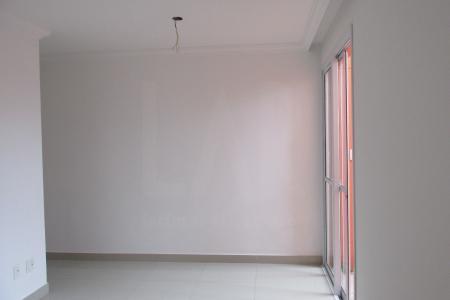 PRÉDIO: Guarita, portão eletrônico, interfone, elevador, 01 vaga de garagem, livre e descoberta APTO: Sala com piso em porcelanato. 03 quartos em cerâmica, sendo 01 suíte. Banho social e suíte com bancada em granito. Cozinha com piso em cerâmica, bancada em granito e Área de serviço.  Valores de IPTU e condomínio estimados pelo proprietário.    Atualizado em 15/10/2018.