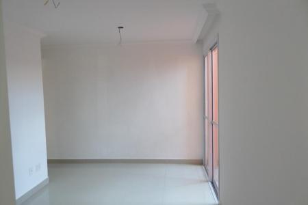 PRÉDIO: Guarita, portão eletrônico, interfone, elevador, 01 vaga de garagem, livre e descoberta nº: 58 APTO: Sala com piso em porcelanato. 03 quartos em cerâmica, sendo 01 suíte. Banho social e suíte com bancada em granito. Cozinha com piso em cerâmica, bancada em granito e Área de serviço. Área privativa descoberta, com piso em cerâmica antiderrapante de 153,67m².  Valores de IPTU e condomínio estimado pelo proprietário    Atualizado em 16/10/2018.