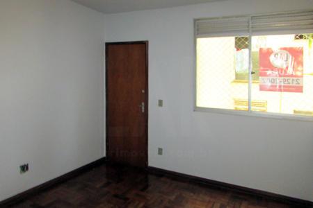 Apartamento com 02 quartos sendo 01 com armário, banho social com Box em acrílico, sala para 02 ambientes, cozinha com bancada em mármore com armário sob e sobre a bancada, área de serviço fechada e 01 vaga de garagem.    Atualizado em 29/11/2018.