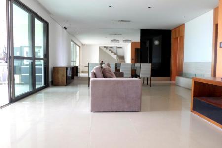 Excelente apartamento com 286m²; sala para 3 ambientes, com piso em porcelanato, teto rebaixado em gesso; lareira; lavabo; ampla varanda gourmet, com cortina de vidro; churrasqueira e jacuzzi, vista definitiva para montanhas e para cidade, sala de estar, com piso em porcelanato, sistema de iluminação e sonorização; rouparia; cristaleira; 4 suítes, com piso em tacão, armários; suíte máster com closet e hidro; banhos com piso e bancada em granito, box blindex, armários; cozinha montada e equipada com piso e bancada em granito; área de serviço; DCE. Prédio com lago com cascata, pérolas e mirante; lazer completo com pista de cooper 850m², campo de golf executivo driving range de 200m de extensão, putting green, praça central com aproximadamente 4500m² e lago privativo de 2000m², com quadra de tênis, piscina aquecida com raia de 20m com vista panorâmica para as montanhas, solarium, playground, kids club, salão de festas com varanda, terraço gourmet equipado com churrasqueira, sauna seca e a vapor, fitness center, spa, quadra poliesportiva; sala para motorista; 4 vagas de garagem sendo 03 livres e 01 presa; box de despejo, 02 elevadores. Visitas somente acompanhadas.