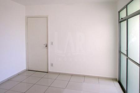 Excelente apartamento com ótima localização. Constituído de: 01 sala ampla e arejada para 02 ambientes com varanda, 03 quartos amplos e arejado sendo 01 com armário, 01 suíte e 01 banho social com bancada em granito, armário, espelho e box blindex, cozinha com bancada em granito e excelentes armários. Área de serviço.  Piso do imóvel em porcelanato  Prédio recuado com jardim frontal, porteiro físico 24 h, quadra de esportes, salão de festas, churrasqueira, playground, elevador, portão eletrônico, cerca elétrica, 02 vagas de garagem sob pilotis.  Localização: Próximo ao Mc Donalds e Drogaria Araujo.  Visitas Acompanhadas.