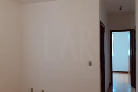 Apartamento 03 quartos sendo 01 com armário dividido e forrado; banho social e suíte com box blindex; bancada em granito com armário; sala ampla; cozinha com bancada em granito e armários; área de serviço e 01 vaga de garagem. Piso da sala e quartos em laminado. Piso da área fria em: cerâmica. Prédio em blocos; 100% revestido em pintura; gás canalizado; portão eletrônico; sistema de alarme; interfone; jardim; área de lazer completa; área para churrasco.  Localização: ao lado da faculdade Newton Paiva.