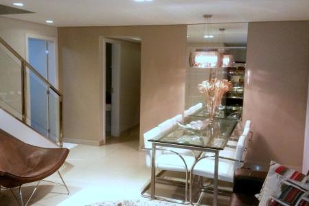 Padrão Luxo, sala 2 ambientes, piso em porcelanato, forro em gesso, iluminação planejada. Banho social com box, armário e bancada em granito, todos os quartos com armários e pisos laminado. Banho suíte com box e bancada em granito. Cozinha planejada com armário ampliada em granito. Cobertura com espaço gourmet com armários, churrasqueira, fogão a lenha, forro gesso, fechado, termo acústico, área de serviço externo.