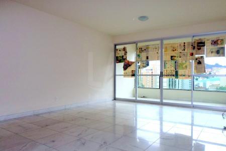 Ótimo apartamento com 160m²; sala para 3 ambientes, com piso em mármore; lavabo; varanda; 4 quartos, sendo 1 suítes com piso em laminado, banhos com box blindex, espelho e armários, piso e bancada em granito; cozinha e área de serviço, com acabamento em granito preto nas bancadas e pisos; DCE.  Prédio construtora PATRIMAR, lazer completo com piscina; fitness ; salão de jogos e festas, espaço kids, espaço gourmet com churrasqueira, quadra poliesportiva, quadra de squash; área livre; 3 vagas de garagem (duas livre e 1 presa); box.