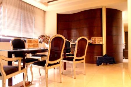 Excelente apartamento com 280 m²; 2 salas amplas com piso em mármore; varanda; rouparia; 4 quartos, sendo 2 suítes e 2 semi-suítes, com piso em tábua corrida; banhos com piso e bancadas em granito, armários e blindex; cozinha toda planejada com piso e bancada em granito; área de serviço; DCE.  Prédio de alto luxo, revestido em pintura texturizada e pastilhas; interfone; portaria 24h; circuito interno de TV; jardins; hall social decorado; área de lazer completa com salão de festas e de jogos, playground, 02 elevadores, espaço gourmet com churrasqueira,  piscina, adulto e infantil sendo 1 com raia; 5 vagas de garagem livres, cobertas e demarcadas; box de despejo.    Atualizado em 25/04/2017.