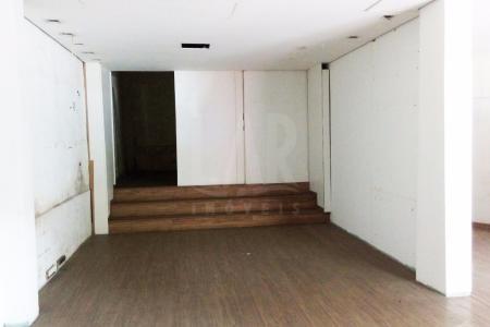 Excelente loja com 110 m² + 80 de mezanino, ótima localização, ponto comercial de fácil acesso, próximo a ponto de ônibus, próximo a Upa Oeste.   Loja ampla com 110 m², refeitório e 01 banho social, pé direito duplo, mezanino com 80 m², loja de frente para rua. Piso do primeiro pavimento laminado de madeira. Mezanino piso industrial. Loja recuada, revestida em textura, portas de aço.  Obs. Não possui IPTU.
