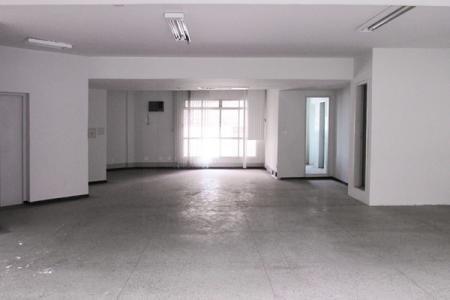 Excelente andar, com aproximadamente 215 m²; próximo a contorno; bem localizado; ótimo acabamento.  Imóvel constituído de uma copa; 2 banhos com piso em granito e bancada em mármore; pintura nova; divisória em drywall; projeto de iluminação, piso em granito. Prédio revertido em mármore; 1 elevadores; 2 vagas de garagem livre.    Atualizado em 06/12/2018.