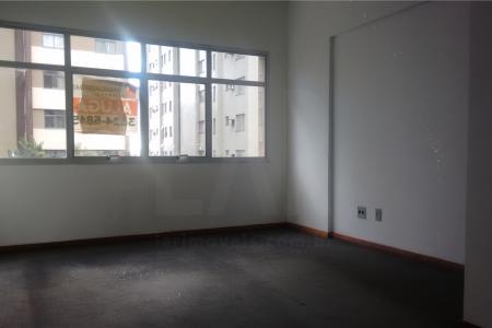 Sala. Com 20m², com piso em carpete, iluminação pronta, paredes em textura; 1 banho com piso e bancada em cerâmica. Prédio 100% revestido em textura; portaria 24h; 2 elevadores; sistema de catraca; circuito interno de TV.    Atualizado em 06/12/2018.