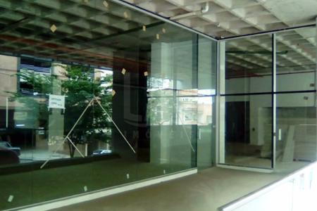Prédio com arrojado projeto arquitetônico revestido em concreto e vidro refletivo, composto de lojas, andares corridos e salas. Hall decorado com portaria e sistema de segurança.Estacionamento rotativo para 134 vagas. Loja: com 757,43 m² de área real privativa coberta e 21,88 m² de área real privativa descoberta piso em concreto, banheiro com piso em cerâmica e bancada em granito. VAGAS DISPONÍVEIS PARA A LOJA: 04, valor de R$200.000,00.