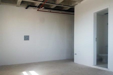 Excelente sala comercial de aproximadamente 34m² , 01 banho,   Prédio com ótima localização, 02 elevadores, porteiro físico e 01 vaga de garagem.    Atualizado em 20/11/2018.