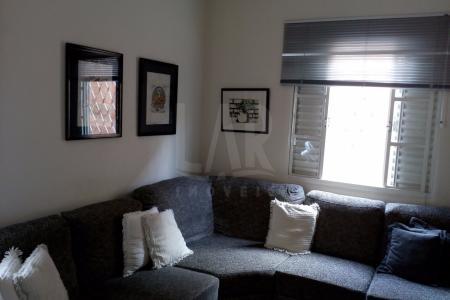 Linda Casa Colonial  bem localizada, com 4 quartos, sendo 1 suite com hidromassagem, bancada em granito, fechamento de pia e box, 2 salas amplas  em cerâmica,  cozinha toda em cerâmica, armários, bancada em granito,  área de serviço, churasqueira, quintal com jardim e 3 vagas de garagem    Atualizado em 22/07/2017.