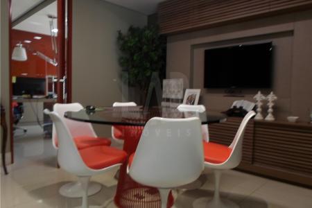 Excelente sala 80m² decorada e mobiliada; com piso em porcelanato, teto rebaixado com iluminação embutida, ar condicionado e várias luminárias com regulagem sobre as mesas, muitos armários, bem dividida sendo uma recepção, sala de diretoria, uma sala de projetos e uma sala de estoque com cozinha e banheiro tudo de muito bom gosto.  Prédio bem localizado em frente o hospital Vila da Serra, com porteiro, sistema de segurança de imagem, garagem com 2 vagas.    Atualizado em 09/10/2018.