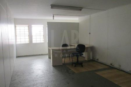 Excelente sala em ótimo ponto do bairro, 25 m², 01 banho, piso em ardósia, próximo ao clube da policia militar e hospital mater daí.  Prédio recuado, frente gradeada.