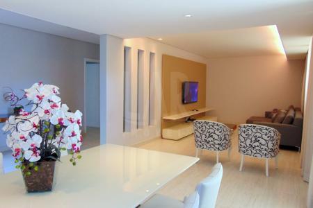 Linda Casa Moderna com HABITE-SE em apenas um nível, sala ampla para 3 ambientes com piso em porcelanato e rebaixamento de gesso com projeto de iluminação, cozinha com bancada em granito, piso em porcelanato e armários, 4 quartos com piso em laminado de madeira, 2 com armários, sendo um suíte, banho social e da suíte com piso em porcelanato, bancadas em granito com armários e box em blindex, linda área gourmet com churrasqueira bancada em granito, piscina com hidromassagem, sauna, ducha, banheiro com bancada em granito e box em blindex, jardins, 4 vagas de garagem    Atualizado em 26/04/2017.