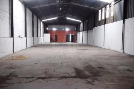 Galpão de aproximadamente 800m² com pé direito duplo, escritório, 02 banhos, entrada para caminhão.    Atualizado em 21/02/2018.