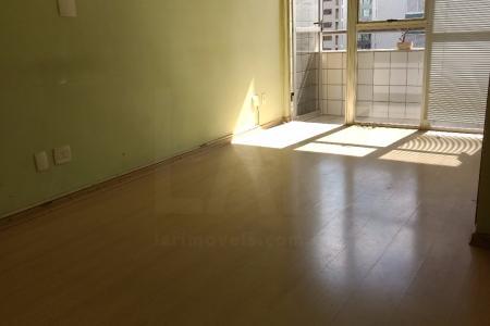 Prédio: Comercial, revestido com cerâmica, 10 pavimentos, 2 elevadores.  Sala: Comercial de 42m² com varanda, piso de laminado    Atualizado em 23/09/2017.