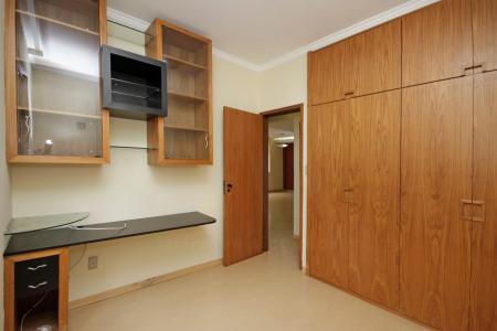 Excelente apartamento com aproximadamente 100 m² com sala para 02 ambientes com piso em laminado de madeira, 03 quartos com piso em laminado de madeira, todos com armários, banheiros suítes e social com pisos e bancada em granito, armários e box blindex e espelhos, cozinha ampla revestida em cerâmica com armários, banheiro de empregada, dependência de empregada transformado em despensa com vários armários e 02 vagas de garagem em linha, cobertas e demarcadas no G2.  Prédio revestido em cerâmica, 03 andares 02 apartamentos por andar, 01 elevador, portaria eletrônica, EXCELENTE LOCALIZAÇÃO próximo a Av. Mario Werneck  OBS.: Gáz individual por unidade (não é canalizado). Cada apartamento tem o seu botijão grande no local.    Atualizado em 13/07/2018.