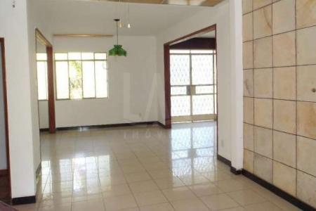 Casa 4200 m² 7 Quartos 5 Banheiros 18 Vagas - São Luiz (Pampulha), Belo Horizonte.   Casa com 02 (dois pavimentos);   07 quartos, sendo 03 suítes máster com armários, varanda, 02 semi-suítes com armários, piso taco;  Closet;  Escada em madeira maciça;  05 banhos;  Escritório ou sala de estar, piso porcelanato;  05 salas de jantar 3 ambientes, piso porcelanato;  20 vagas de garagem;   Área lazer   Piscina (área da piscina com deck);  Sauna;  Barzinho com 02 (dois) salões, vista privilegiada da lagoa;  02 duas salas;  Cozinha, piso em cerâmica;  Campo de futebol;  Churrasqueira.   Área de Serviço   Despensa;  Lavanderia;  Dependência completa de empregada;  02 quartos de depósitos;    Atualizado em 10/12/2017.