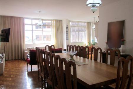 Excelente apartamento no coração de Belo Horizonte, pertinho do Palácio das Artes, com 1 vaga de garagem livre e coberta.  Num total de 200 m², o imóvel é composto de 4 quartos grandes, sendo 1 suite, sala para 3 ambientes, sala íntima, 4 banheiros, dependência de empregada completa, área de serviço, cozinha planejada, tudo muito espaçoso. Na sala, parede revestida em madeira, janelas grandes, bem arejado e claro.  Piso das áreas sociais em taco muito bem conservados,  e cerâmica na cozinha e banheiros.  Localizado quase em frente ao Palácio das Artes, servido de ótimo comércio, igrejas, ônibus, e toda infra estrutura que BH pode oferecer.  Oportunidade!!!