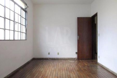 Excelente apartamento de aproximadamente 90 m², ótima localização, um quarteirão da Av. Silva Lobo, próximo a comércios em geral, linhas de ônibus, próximo ao supermercado APOIO MINEIRO.  Prédio recuado, revestido em pintura, jardim lateral, portão eletrônico. 02 vagas de garagem cobertas.   Imóvel constituído por 02 salas sendo 01 ampla para 02 ambientes, 03 quartos sendo 02 com armários e o 3° reversível, 01 banho social com espelho e box acrílico, cozinha com armário sob bancada em mármore, área de serviço ampla e arejada, banho de empregada.    Atualizado em 05/10/2018.