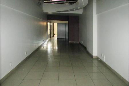 Ótima loja! 1° piso do Shopping Maximiano Center, 90m² sendo 60m² de piso e 30m² de mezanino. Piso em porcelanato, fechamento em blindex, iluminação pronta, 01 banho, decorada. Localização: Entre Augusto de Lima e Avenida Amazonas.    Atualizado em 09/04/2018.