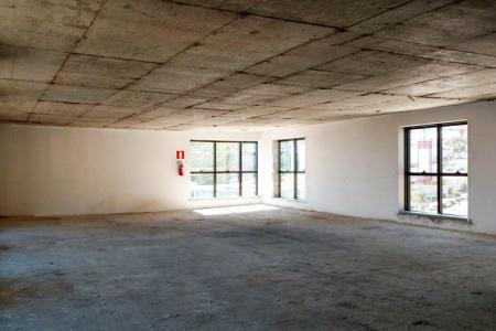 Excelente andar com aproximadamente 75m2. Primeira locação, prédio novo. 02 lavabos. Própria para escritórios de profissionais liberais e empresas.  Prédio extremamente comercial, recuado, todo espelhado, bom ambiente, arejado, excelente localização. Vagas de garagens opcionais. Portaria 24hs, 02 elevadores.