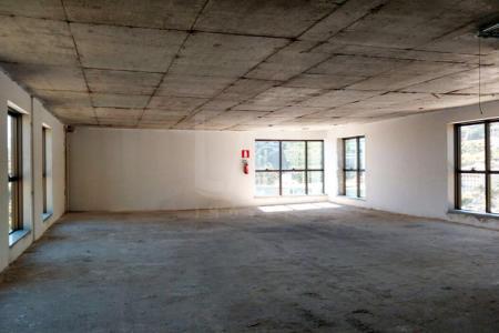 Excelente sala com aproximadamente 120m². Primeira locação, prédio novo. 02 lavabos. Própria para escritórios de profissionais liberais e empresas.  Prédio extremamente comercial, recuado, todo espelhado, bom ambiente, arejado, excelente localização. Vagas de garagens opcionais. Portaria 24hs, 02 elevadores.