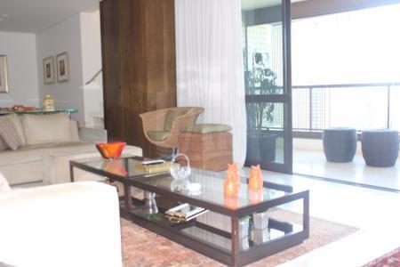 LINDA COBERTURA NO MELHOR PONTO DO SANTO AGOSTINHO - VISTA MARAVILHOSA Prédio recuado, revestido em granito, port cóchere, portaria 24h, hall social decorado, lazer completo e atualizado com salão de festas, espaço gourmet, piscina, sauna, quadra, espaço fitness, 4 vagas de garagem cobertas (2x2).  APTO: Piso 1: Salão de estar para 3 ambientes com piso em mármore, projeto luminotécnico e varandão. Lavabo. 4 quartos com armários, piso em tábua corrida, sendo 2 suítes com piso e bancada em granito, armário e box em vidro. Cozinha com armários planejados, piso e bancada em granito. Área de serviço em granito e DCE.  Piso 2: acesso com escada em mármore para ampla sala com projeto luminotécnico e sonoro. Banho com piso e bancada em granito. Ampla área livre com espaço gourmet, churrasqueira e piscina (sendo parte com raia), com sauna.    Atualizado em 11/12/2017.